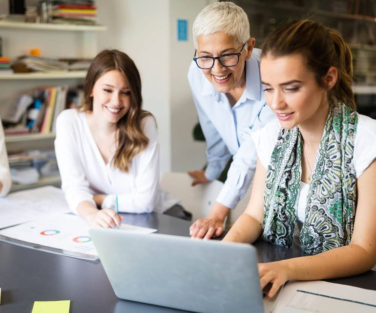 teamgenoten zijn bezig met een strategie om klanten online te krijgen in hun B2B-webshop