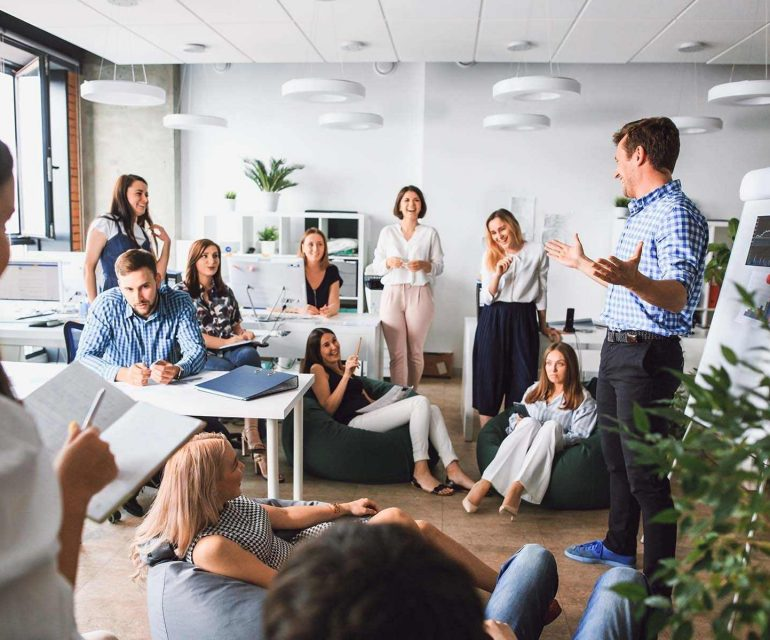 2 teams werken samen aan een e-commerceproject